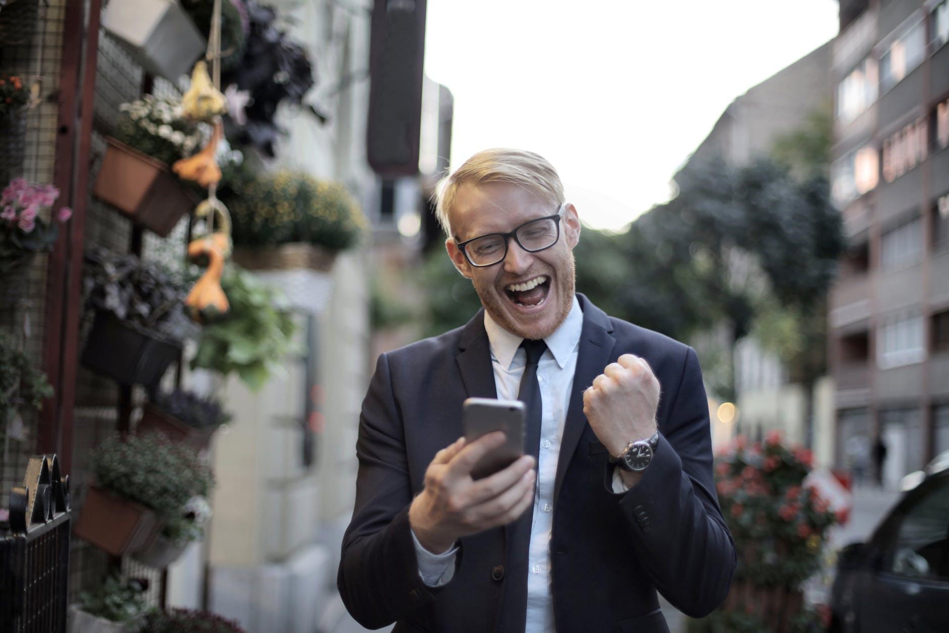 image d'un vendeur heureux